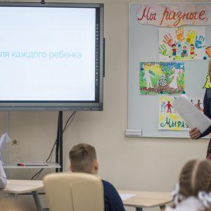 В школах страны проходят информационные часы на тему инклюзии